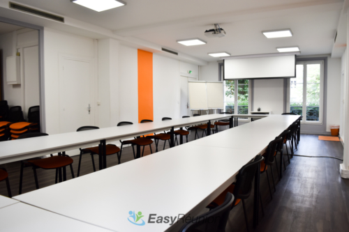 grande salle à louer pour vos réunions avec écran de projection